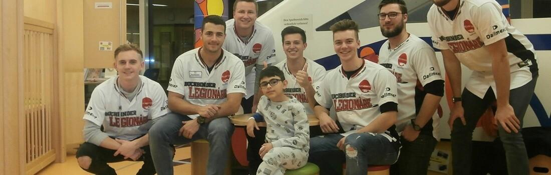 Regensburg Baseballer Besuchen Kranke Kinder Und Bringen Geschenke